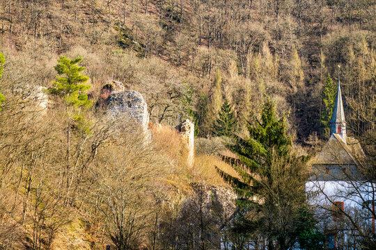 Ruine Ehrenstein und gleichnamiges Kloster im Wiedtal