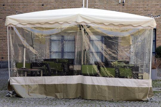 zelt schutz abdeckung für möbel einer terrasse im lockdown in der gastronomie