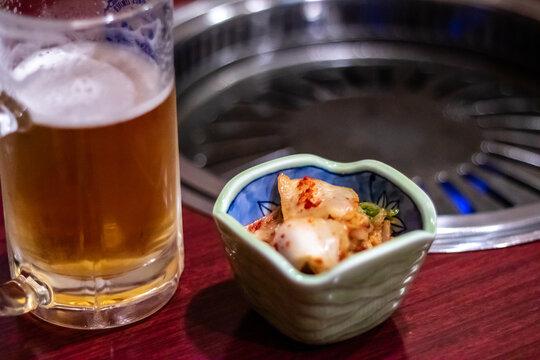 生ビールとキムチ 焼肉屋の風景