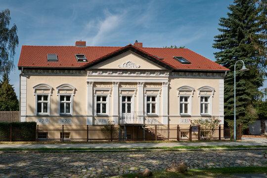 Denkmalgeschütztes Neorenaissance-Wohnhaus in Michendorf, Teil eines ehemaligen Vierseithofs aus dem 18. Jahrhundert
