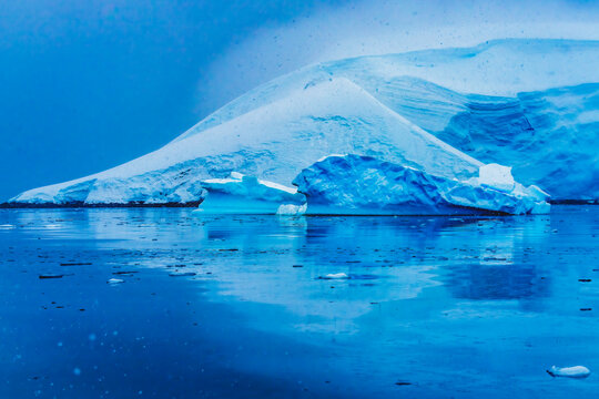 Snowing Blue Glacier Snow Mountains Paradise Bay Antrarctica