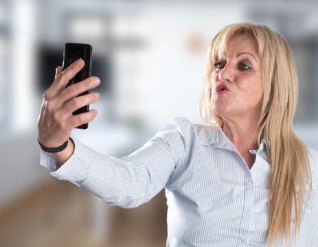 mujer mandando un beso por telefono