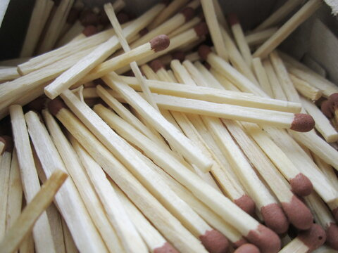many thin wooden matches with sulfur heads