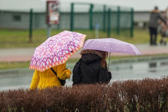 Frauen mit Regenschirmen