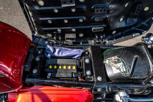 emplacement batterie moto sous la selle