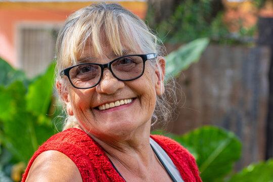 mujer mayor con una gran sonrisa en primer plano