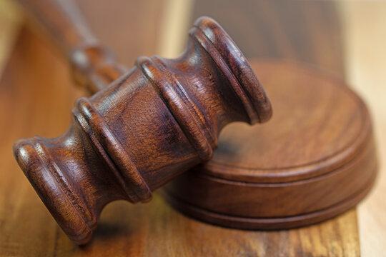 Richterhammer und Resonanzblock in einer Nahaufnahme