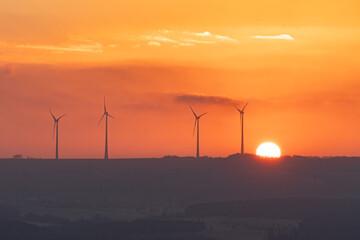 Paysage d' éoliennes au lever du soleil illustration de la transition énergétique et...