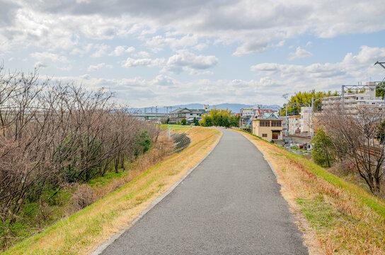 京都の宇治川土手