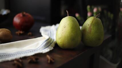 Gruszka owoc zielony na stole drewnianym ciemnym