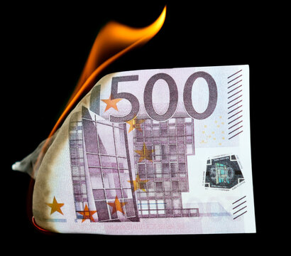 Five hundred Euros are burning on a black