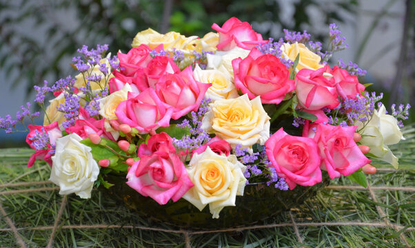Dekoratives Gebinde aus rosa und gelben Rosen