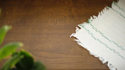 Obraz Stół drewniany bukowy z serwetką  - fototapety do salonu