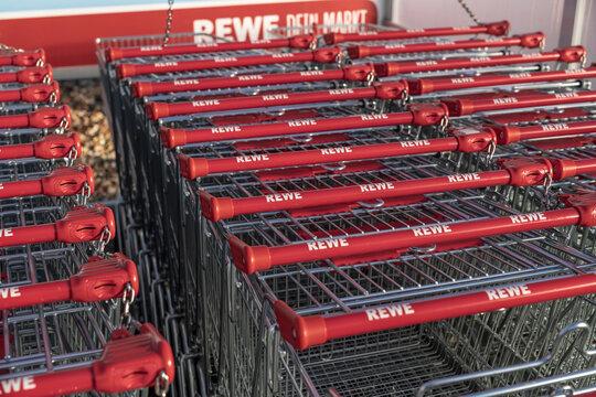 Deutschland , Calau , 03.03.2021 , Ineinander geschobene Einkaufswagen von REWE