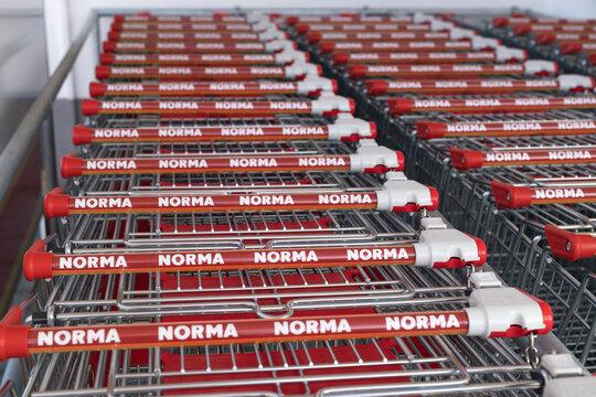 Deutschland , Calau , 03.03.2021 , Zusammen geschobene Einkaufswagen bei einem Norma Markt