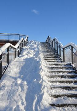 Winterdienst im Park halbseitig auf Treppe