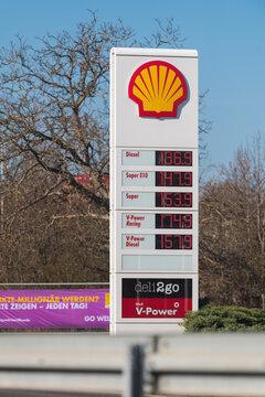 Deutschland , Calau , 03.03.2021 , Anzeigentafel der Benzinpreise einer Shell Tankstelle