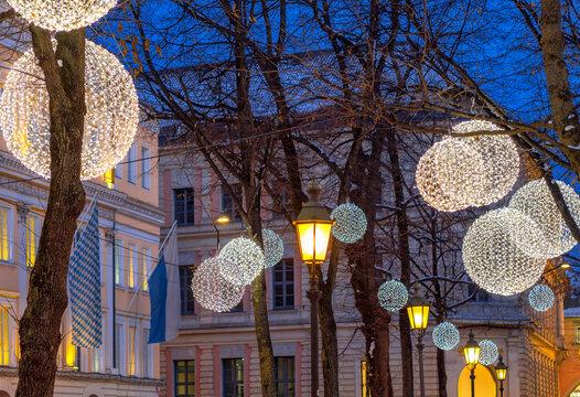 Weihnachtlich beleuchteter Promenadeplatz in München, Bayern, Deutschland