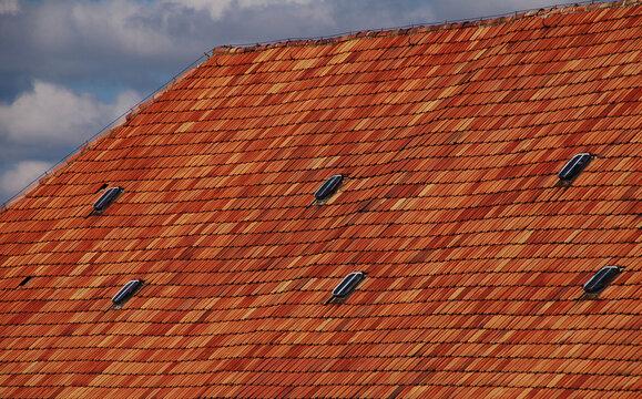 Sehr altes Schiefes Dach mit Roten Ziegeln und Fenstern