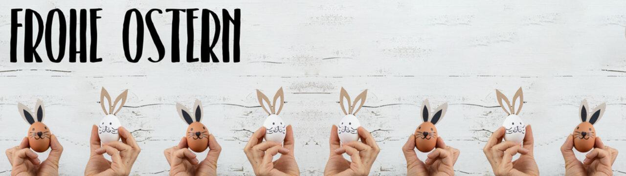 Ostern Hintergrund Banner Panorama Grußkarte - Junge Frauen halten Ostereier mit Hasenohren / Osterhasen in ihren Händen, isoliert auf weißem Vintage Shabby Wand Textur