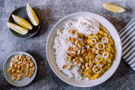 Plat de dahl de lentilles corail aux cacahuètes et oignons frais accompagné de riz