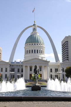 ST. LOUIS, UNITED STATES - Dec 23, 2008: The historic Old Courthouse and gateway Arch in St. Louis Missouri