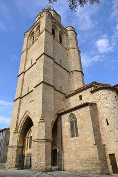 Façade et clocher-porche de l'église Saint-Gervais saint-Protais de Caux dans l'Hérault