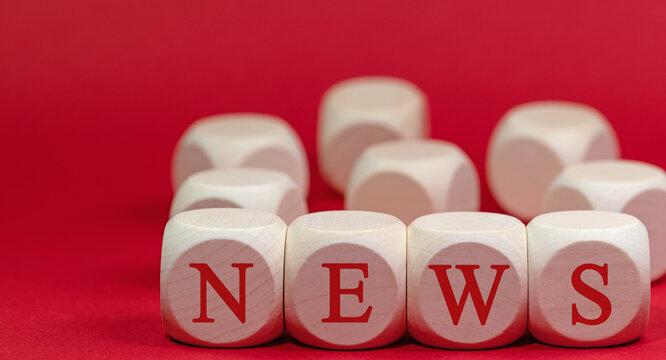 """Holzwürfel mit dem Aufdruck""""NEWS"""""""