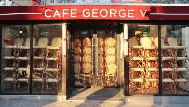 Façade du célèbre café / bar / brasserie George V sur l'avenue des Champs Élysées à Paris, fermé pendant la crise sanitaire du coronavirus / covid-19 – février 2021 (France)