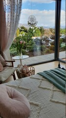 Przytulna sypialnia z dużym oknem i tarasem wychodzącym na piękny ogród