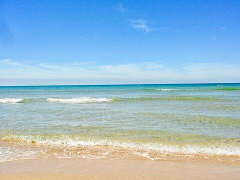 穏やかなきれいな海 透き通った遠浅のエメラルドグリーン