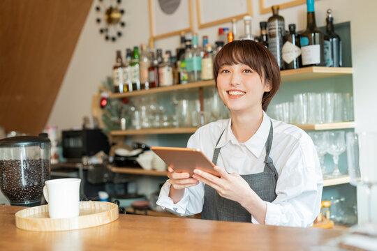 仕事をするカフェ店員