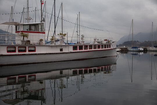 Ancien bateau de croisières lacustre, à Aix-les-Bains.