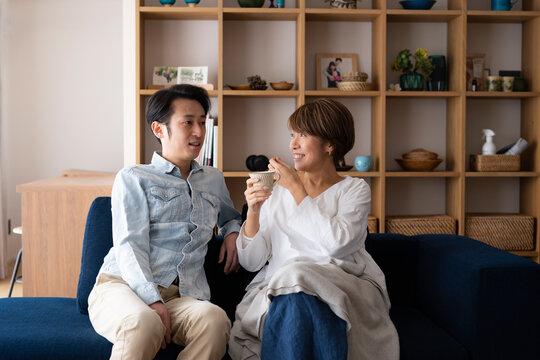リビングでくつろぐ日本人ミドル夫婦