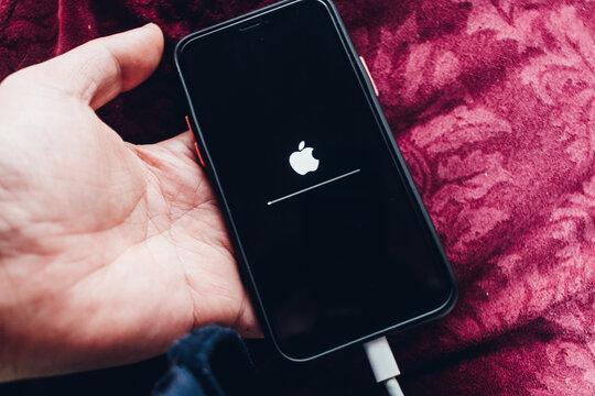 iPhone/iOSを最新版にアップデート中。2021年3月撮影/日本