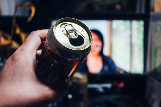 キリンの缶ビール「一番搾り」を飲みながらパソコン越しの友人と会話。オンライン飲み会/自宅飲み/家飲み。コロナ禍で変わる日常。ニューノーマル。2021年3月撮影/日本