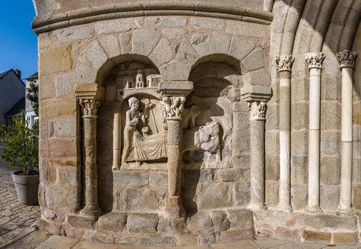 Lagraulière (Corrèze, France) - Vue panoramique des bas relief du parvis de l'église Saint Marcel