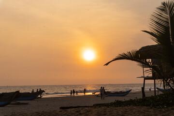 Piękny zachód słońca na plaży, tropikalny krajobraz z rybackimi łódkami.