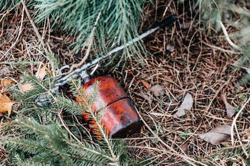 Fototapeta Brudna ropownica porzucona w lesie. obraz