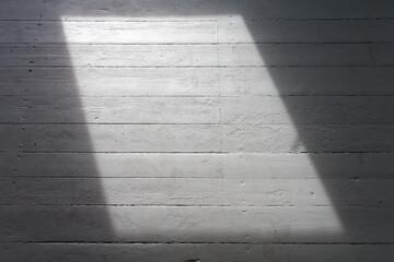 Puste pomieszczenie w trakcie remontu, z pojedynczym oknem.