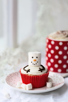 Melted snowman cupcake with hot chocolate