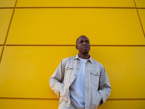Hombre negro sobre un fondo amarillo