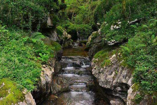 La rivière Olabidea (ou rivière de l'enfer) à la grotte de l'Akelarre (dite des sorcières) à Zugarramurdi (31710) dans les Pyrénées espagnoles, Espagne