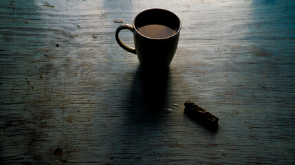 alone coffie cup and cake on wooden table