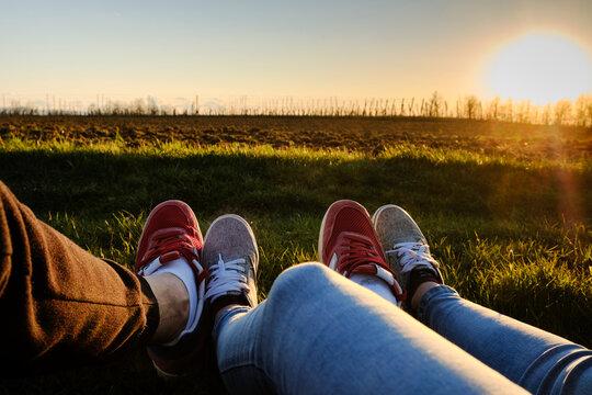 Foto scattata alle scarpe di due ragazzi nelle colline attorno a Pasturana (AL).
