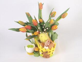 Wielkanocna święconka z tulipanami.