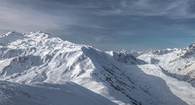 Paysage de montagne, vue sur le domaine de saint-Colomban-des-villards,du haut du sommet du grand truc à la Toussuire en savoie dans les alpes en france