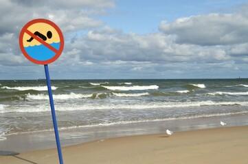 Znak ostrzegawczy zakaz pływania morze