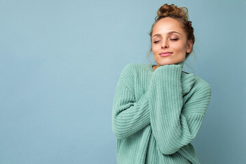 Close-up portrait of nice-looking attractive lovely lovable pretty cute winsome gorgeous cheerful cheery wavy-haired blonde woman isolated on pastel color background wearing stylish clothes
