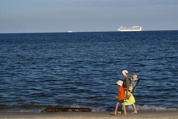 wakacje nad morzem spacer rodziny